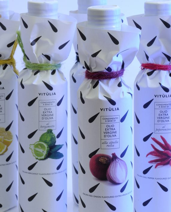 Collection of vitulia's flavoured extravirgin olive oil. Bergamot, red onion and hot pepper. #vituliabergamotflavouredoil#vituliaonionflavouredoil #vituliahotpepperflavouredoil #vituliabergamotofcalabria #vitulialuxuryfood