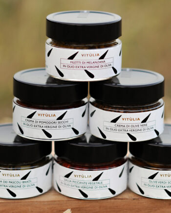 The spreadables vitùlia. gift ideas with a selection of three delicious spreadables. black olive, dried tomatoes and spicy vegetables paste. #vituliaspreadables #vituliagiftideas#vitulialuxuryfood