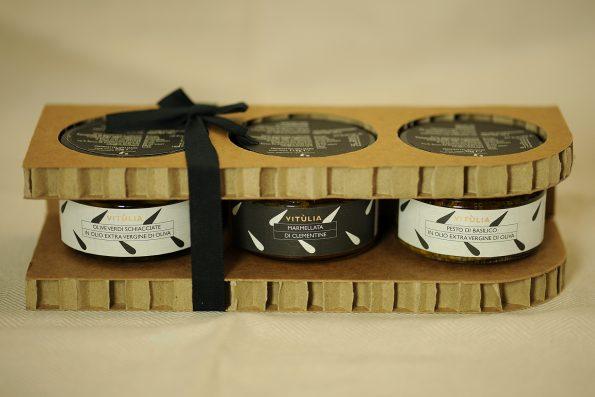 "Vitulia ""Capri"" luxury box. basil pesto, orange marmalade and crushed green olives. #vituliacapri#vitulialuxurybox# #vituliagreenolives#vituliamarmalades#vituliaproductsconservedinoil"
